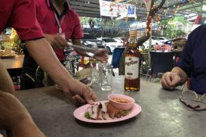 バンコク2日目の夕食は、ローカルな食堂でイサーン料理を食べる