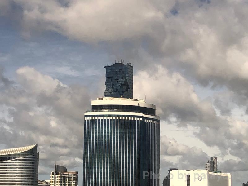 クラウンプラザ バンコク ルンピニ パーク (Crowne Plaza Bangkok Lumpini Park)から見えるマハナコーンタワー