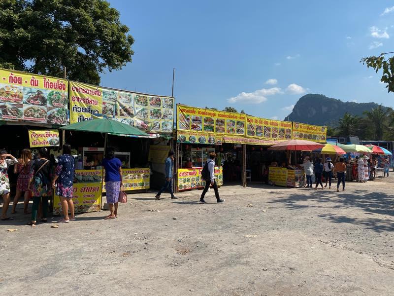 パタヤ北バスターミナルへ移動 カオシーチャン大仏壁画前の屋台