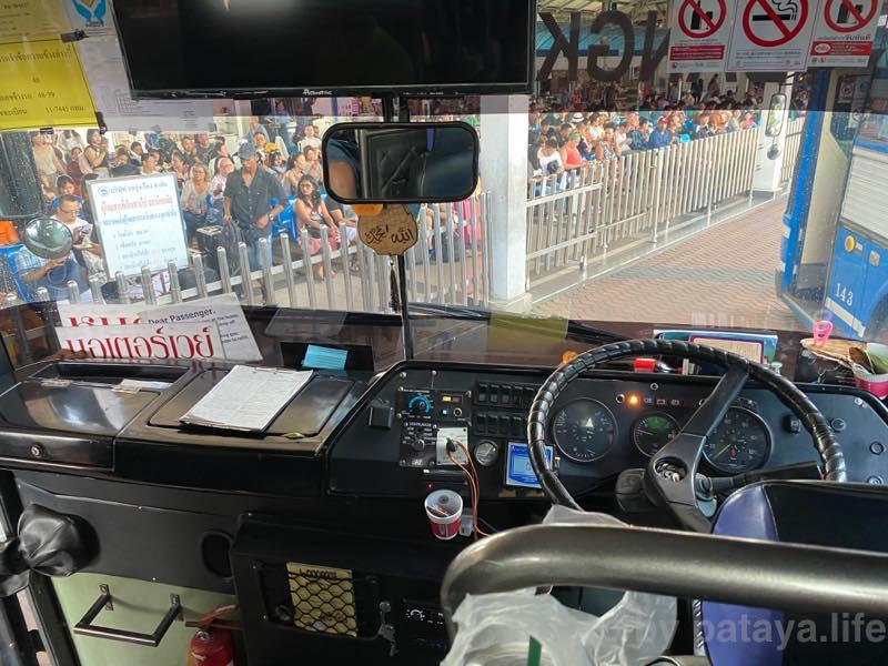 パタヤ北バスターミナルからエカマイへバスが出発