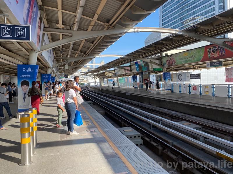 エカマイ駅からSurasak駅へ移動